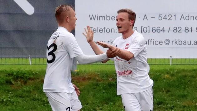 Altenmarkt (links Bernhofer, rechts Quehenberger) gewann den Salzburger Liga-Hit in Adnet mit 3:0. Foto: Andreas Tröster (Bild: Kronen Zeitung)