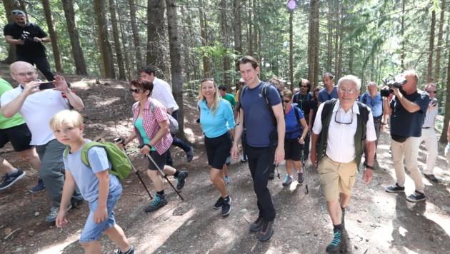 Der Sommertour-Auftakt kürzlich in der Steiermark: Dort marschierte Kanzler Kurz mit vielen Mitwanderern auf den Grazer Hausberg. (Bild: Sepp Pail)