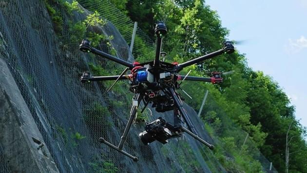 Auch mit Drohnen wurde nach dem Verletzten gesucht (Bild: Asfinag)