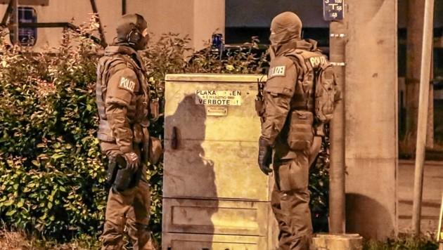Polizisten in Schutzanzügen am Tatort: Anfangs war nicht klar, ob nicht echte Schusswaffen im Spiel waren. (Bild: Markus Tschepp)