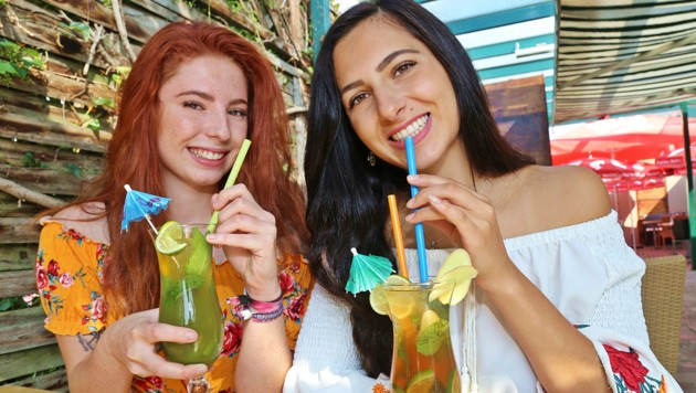 Vanessa und Ivana genießen die selbst gemachten Erfrischungsgetränke. (Bild: Marion Hörmandinger)