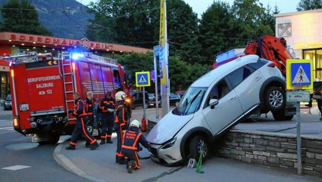 Der betrunkene Autolenker landete mit seinem weißen Mazda genau auf der Mauer. (Bild: Markus Tschepp)