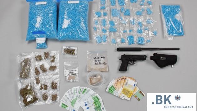 Neben mehreren tausend Euro in bar und Waffen wurden rund 11,5 Kilogramm an Drogen bei der Bande sichergestellt. (Bild: BK)