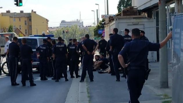 """Bereits Stunden vor dem Anpfiff gerieten sich """"Fans"""" von LASK und Rapid aneinander. Mehrere Festnahmen! (Bild: Pöchinger)"""
