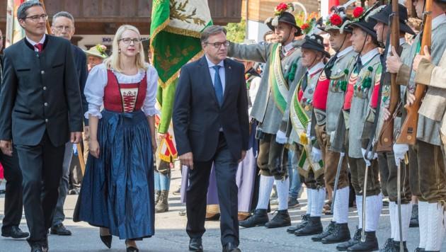 Der Südtiroler Landeshauptmann Arno Kompatscher (links), Wirtschaftsministerin Margarete Schramböck und Tirols Landeshauptmann Günther Platter (rechts) (Bild: APA/EXPA/JAKOB GRUBER)