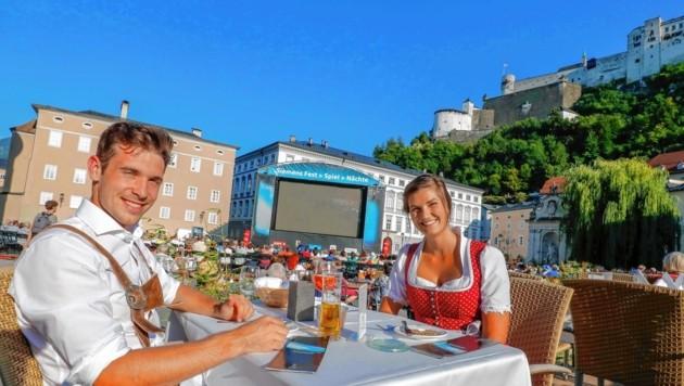 Denis und Magdalen dinieren im Dom-Ambiente mit Blick auf das Domingo-Konzert. (Bild: Markus Tschepp)