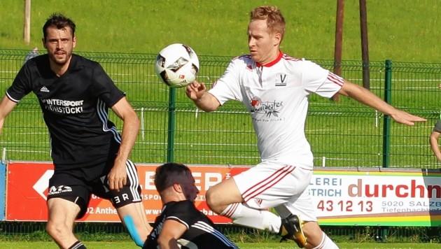 Anthering rettete dank Soos (weiß) gegen Tamsweg noch ein 2:2-Remis. (Bild: Christoph Krug)