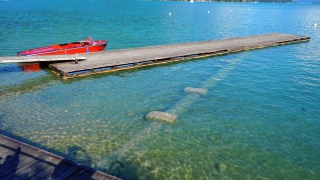 Bald liegt das Boot auf Grund: In St. Gilgen sieht man den dramatischen Rückgang des Seespiegels. Kommt kein Regen, wird diese Woche ein absoluter Tiefstand erreicht werden. (Bild: Wolfgang Trautner)