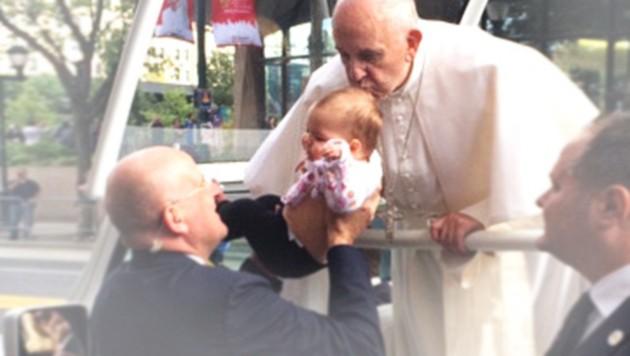 Der Papst küsst die kleine Gianna. (Bild: twitter.com, krone.at-Grafik)