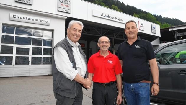 Hermann Huber sen. (li.) und Hermann Huber jun. (re.) sind stolz auf ihren treuen Mitarbeiter Hans Geisler. (Bild: Zoom.Tirol)