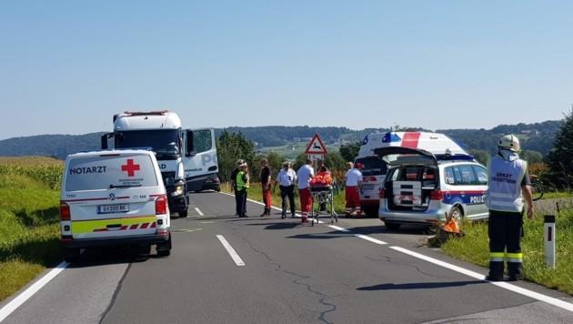 Der Lkw-Fahrer dürfte das Mädchen übersehen haben. Es wurde vom Roten Kreuz versorgt und anschließend zur Kinderchirurgie geflogen. (Bild: Rotes Kreuz)