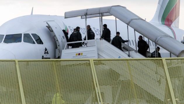 Abschiebung von abgelehnten Asylwerbern (Archivbild) (Bild: APA/dpa/Daniel Maurer)