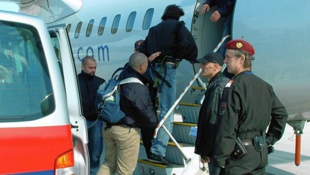 Abschiebung per Flugzeug am Flughafen Wien-Schwechat (Bild: BMI/Egon WEISSHEIMER)