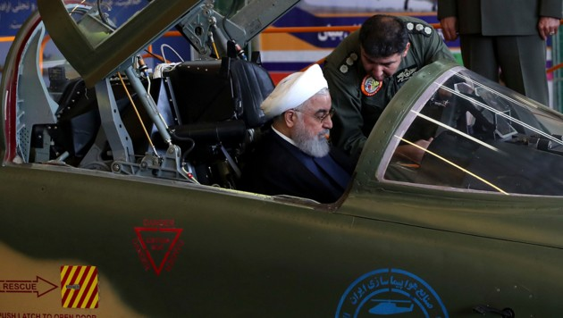 Irans Präsident Hassan Rouhani im Cockpit des neuen Kampfflugzeuges (Bild: AP)