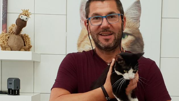 Charly Forstner mit der einzigen überlebenden Katze (Bild: Aktiver Tierschutz Steiermark)