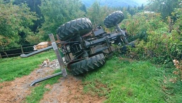 Der umgekippte Traktor (Bild: Stadtfeuerwehr Weiz)