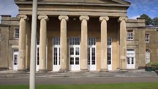 Ein Blick auf die teure Privatschule (Bild: youtube.com)
