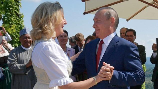 Die Außenministerin wagte mit Putin ein Tänzchen - wegen des Knicks danach geriet sie in Kritik.