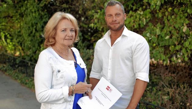 SPÖ-Wohnbausprecherin Ruth Becher mit Spekulationsopfer M. (Bild: Gerhard Bartel)