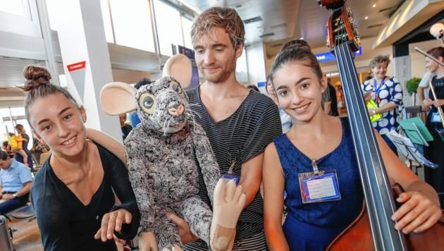  Tänzerin Stella Blanc, Puppenspieler Nils Fuhrberg mit seiner kuscheligen Ratte und Carolina Holosch am Kontrabass. (Bild: Markus Tschepp)