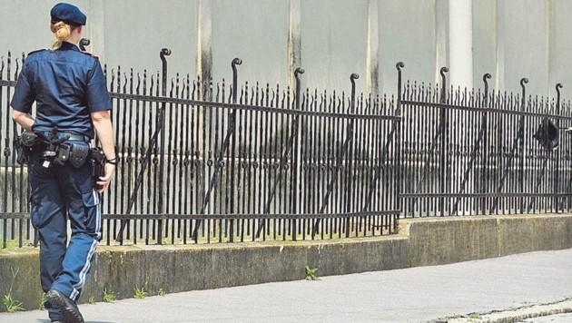 Seit einigen Tagen geht eine Streife der Justizwache durch die Klosterwiesgasse, um die Mauer zu bewachen. (Bild: Elmar Gubisch)
