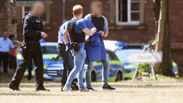 Der terrorverdächtige Islamist Magomed C. wurde nach einem Haftprüfungstermin beim Bundesgerichtshof von Polizeibeamten zu einem Hubschrauber geführt. Der Mann mit russischer Staatsbürgerschaft soll einen Sprengstoffanschlag geplant haben. (Bild: APA/dpa/Uli Deck)