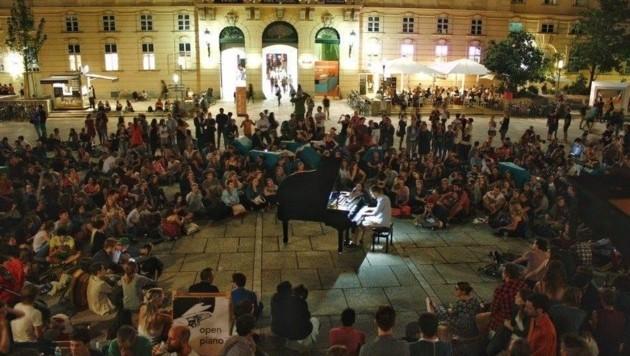 """""""Open Piano"""", ein Integrationsprojekt: Ob Jung oder Alt, Laie oder Starpianist - alle können spielen und zuhören. (Bild: Open Piano)"""