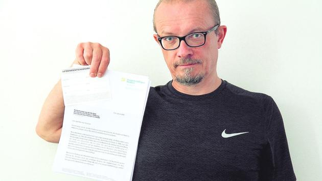 Christof Scherrer mit dem Anwaltsschreiben (Bild: ZvG)