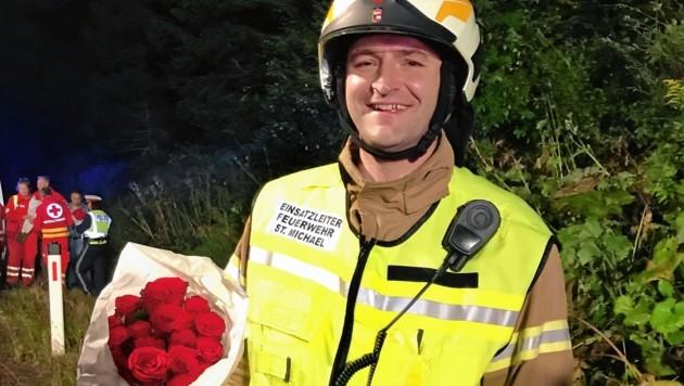 Die Feuerwehr St. Michael eilte dem ägyptischen Blumenverkäufer zu Hilfe. Für Feuerwehrkommandant Markus Pfeifenberger gab es Rosen als Dankeschön. (Bild: ROLAND HOLITZKY)