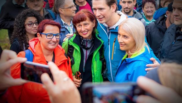 Der Kurz-Hype ist noch intakt, der Sommertour-Event mit dem Bundeskanzler am Kasberg wurde trotz Wettersturzes von Hunderten Leuten gestürmt. (Bild: JAKOB GLASER, krone.at-Grafik)