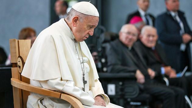 Papst Franziskus beim Gebet in Irland (Bild: APA/AFP/WMOF2018/MAXWELL/Handout)