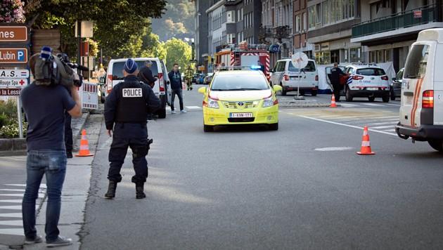 Die Polizisten von Spa trauern um einen ihrer Kollegen, der auf der Rue Reine Astrid erschossen wurde. (Bild: APA/AFP/Belga/KOEN BLANCKAERT)