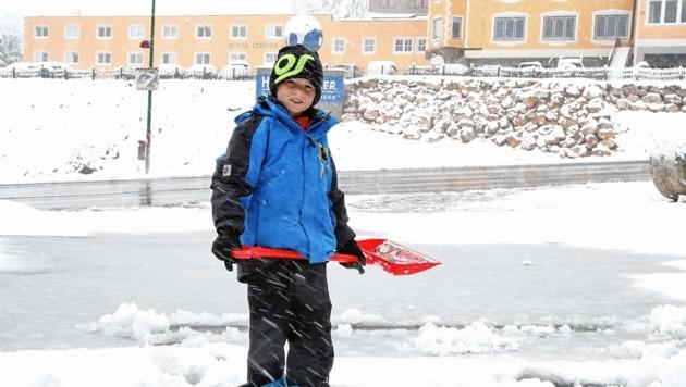 Dieser Knirps im Skianzug packt beim Schneeschaufeln fleißig mit an. (Bild: Markus Tschepp)