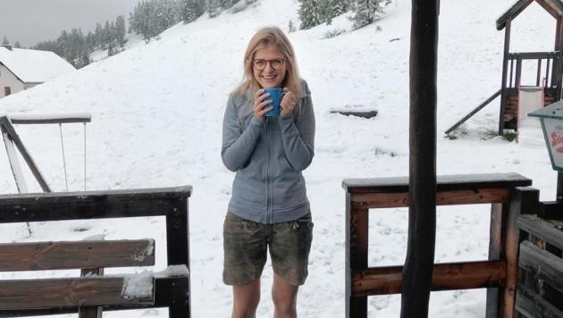 Nicole Sampl, Wirtin der Mehrlhütte in Schönfeld, kochte Sonntag Glühwein. (Bild: ROLAND HOLITZKY)