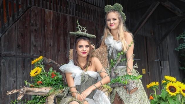 Die hübschen Lammertaler Heuelfen Anna und Lena zogen die Blicke der Gäste auf sich. (Bild: www.neumayr.cc)