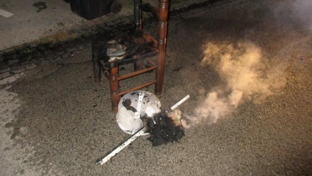 Von diesem Sessel griff das Feuer auch auf die Türen über. (Bild: BF Klagenfurt)