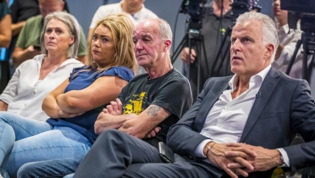 Haben bald endlich Klarheit: Reporter Peter R. de Vries, Nickys Vater Peter Verstappen mit Tochter Femke und Nickys Mutter Berthie Verstappen