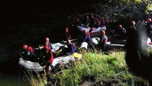 Wasserretter bei der Suche (Bild: Wasserrettung)