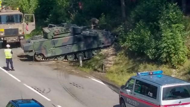 Der Bundesheer-Schützenpanzer war plötzlich manövrierunfähig, brach aus und blieb auf einer Böschung der B 141 bei Ried hängen. (Bild: Pressefoto Scharinger © Scharinger)