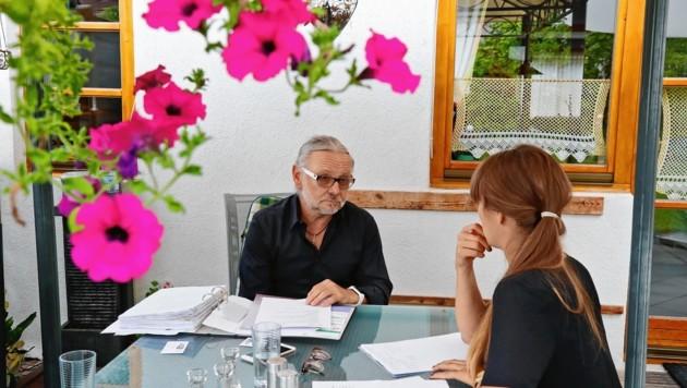 """Karl Medwed im Gespräch mit """"Krone""""-Redakteurin Anna Haselwanter. Seit 14 Jahren kümmert er sich gemeinsam mit seiner Frau Monika um deren Tochter, die im Wachkoma ist. (Bild: Christof Birbaumer)"""