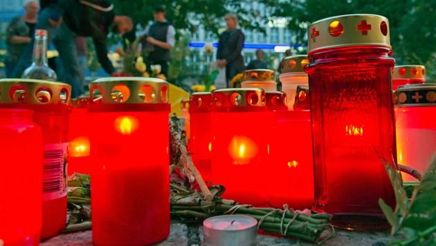 Immer wieder platzieren Chemnitzer Kerzen und Blumen für das Mordopfer Daniel H. in der Nähe des Tatortes. (Bild: AP)
