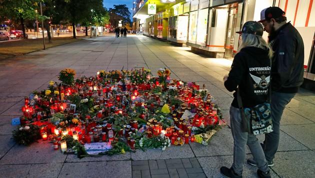 Immer wieder legen Chemnitzer Blumen für das Mordopfer Daniel H. am Tatort nieder. (Bild: APA/AFP/ODD ANDERSEN)