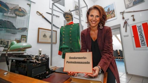 Karoline Edtstadler im Museum vor der historischen Uniform. (Bild: Markus Tschepp)