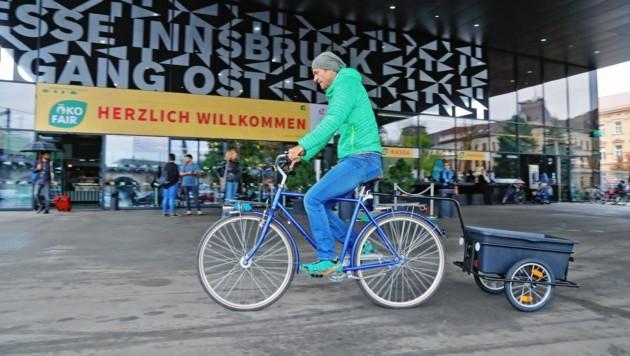 Harald Probst zeigte, dass es sich mit dem Rad-Anhänger problemlos durch die Gegend fahren lässt. (Bild: Christof Birbaumer)