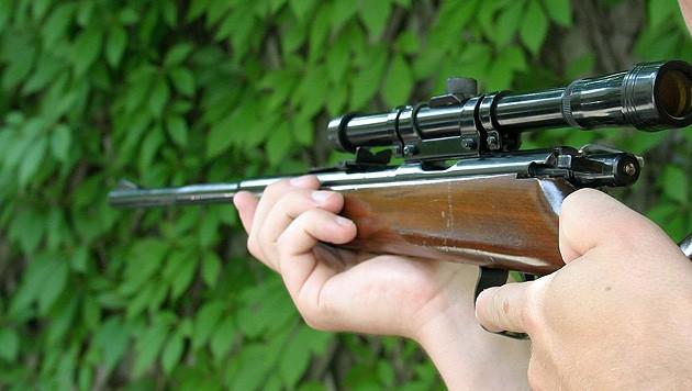 Mit einem Luftdruckgewehr (Symbolbild) wollten die jungen Männer Schießübungen machen. (Bild: Chris Koller)