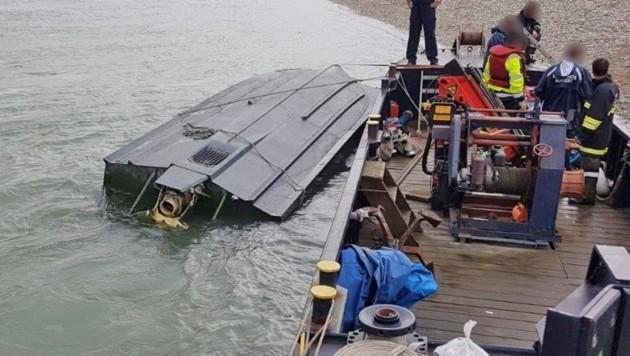 Dieses Pionier-Arbeitsboot des Bundesheeres kenterte auf der Donau. (Bild: Einsatzdoku.at)