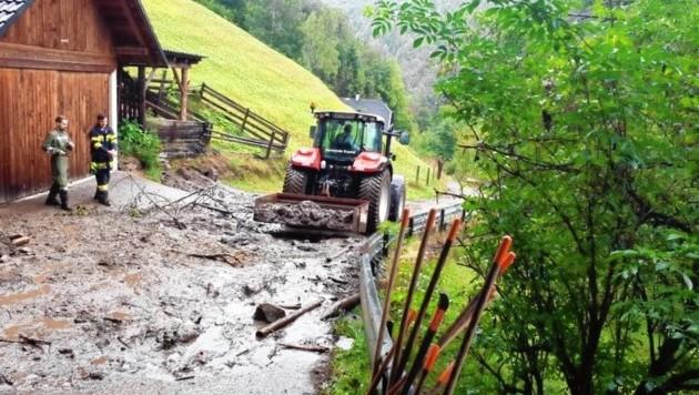 Einsatz mit Traktor: In der Gemeinde Krems verlegten Schlammmassen die Straße hinauf zum Heitzelsberg. (Bild: FF Eisentratten)