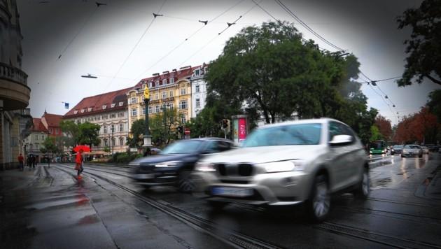 Beim Eisernen Tor in der Grazer Innenstadt rasen die Autos vorbei: Dort gehen viele Fußgänger über die Straße. (Bild: sepp pail)