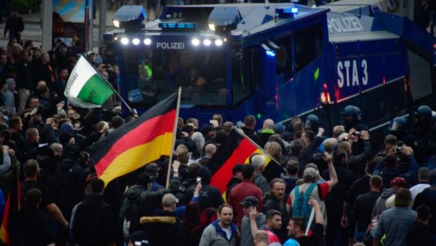 Die Polizei rückte auch mit Wasserwerfern an. (Bild: AFP)