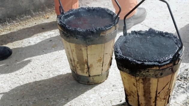 Bau Baustelle Bauarbeiten Bauarbeiter Teer Teeren Asphalt Asphaltieren Hitze Teerkübel Holzkübel Teerac Asdac Teerwagen Bitumen (Bild: KRONEN ZEITUNG)